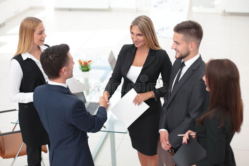 Responsabile della stretta di mano ed il cliente dopo la firma del contratto immagini stock