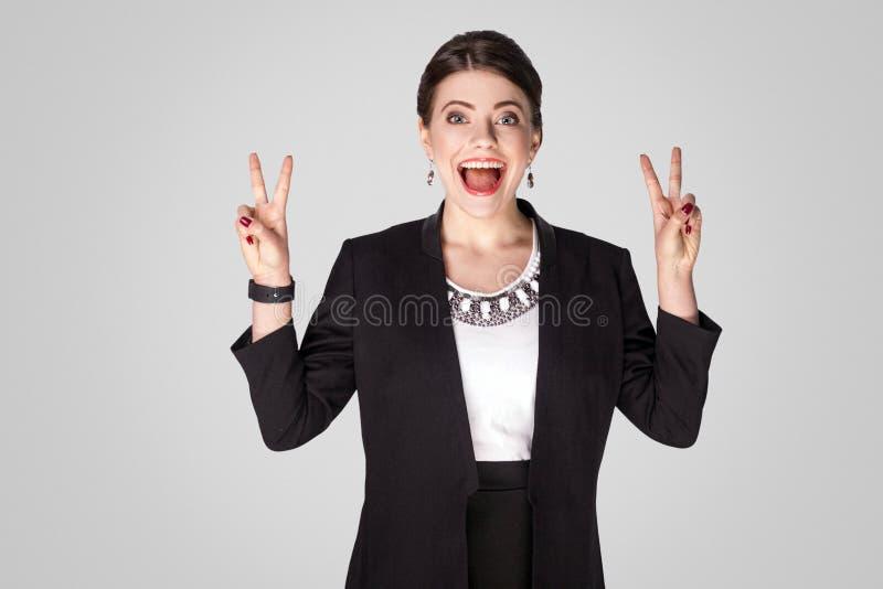 Responsabile di felicità che mostra il segno, pace o numero quattro di v fotografia stock libera da diritti