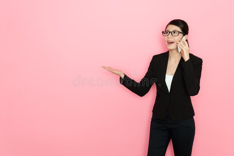Responsabile di ufficio felice della donna che per mezzo dello smartphone mobile immagine stock