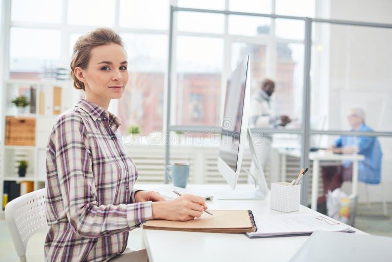Responsabile di ufficio femminile sul lavoro immagine stock libera da diritti