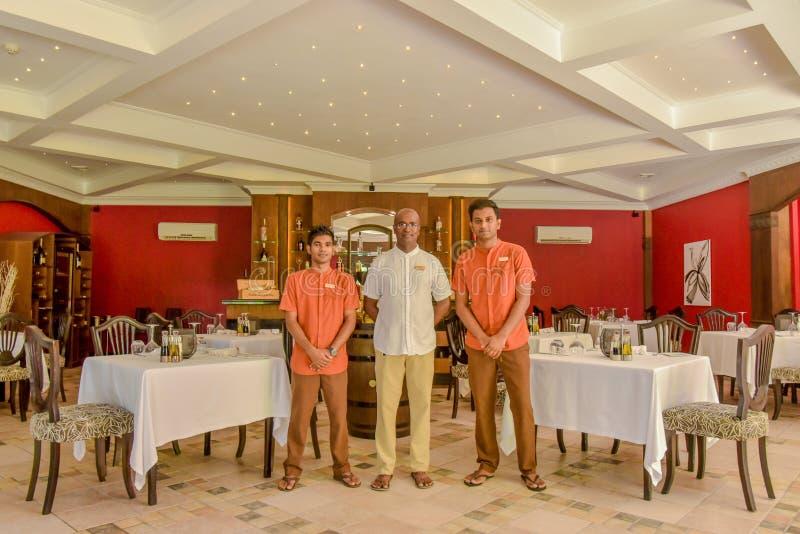 Responsabile e camerieri nel ristorante fotografia stock