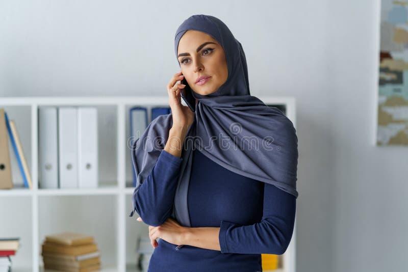Responsabile femminile che parla sul telefono fotografia stock