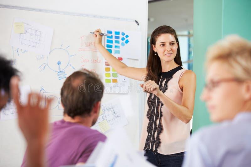 Responsabile femminile Leading Brainstorming Meeting in ufficio fotografie stock libere da diritti