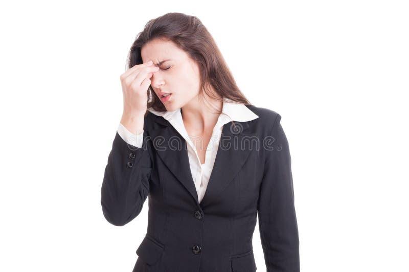 Responsabile finanziario femminile che ha un'emicrania dolorosa dopo lo sforzo immagine stock