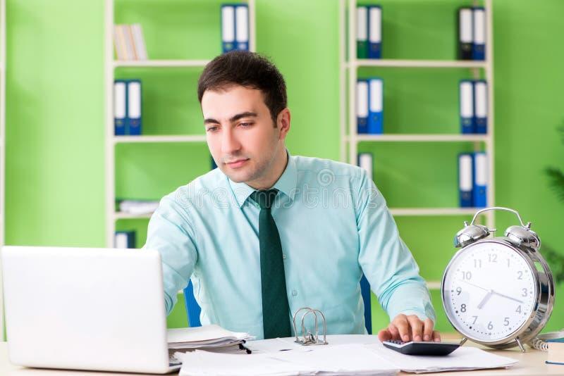 Responsabile finanziario maschio che lavora nell'ufficio in gestione di tempo immagine stock libera da diritti