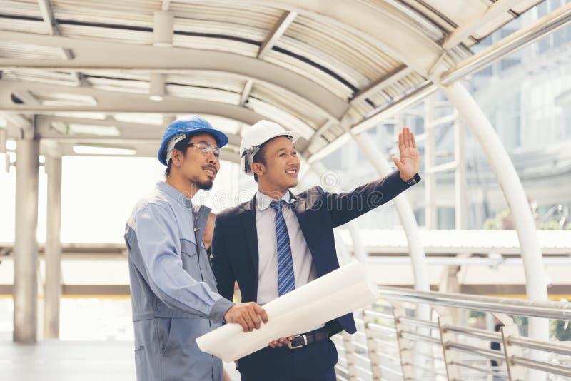 Responsabile Foreman della costruzione e dell'ingegnere che lavora al cantiere Successo del gruppo fotografie stock