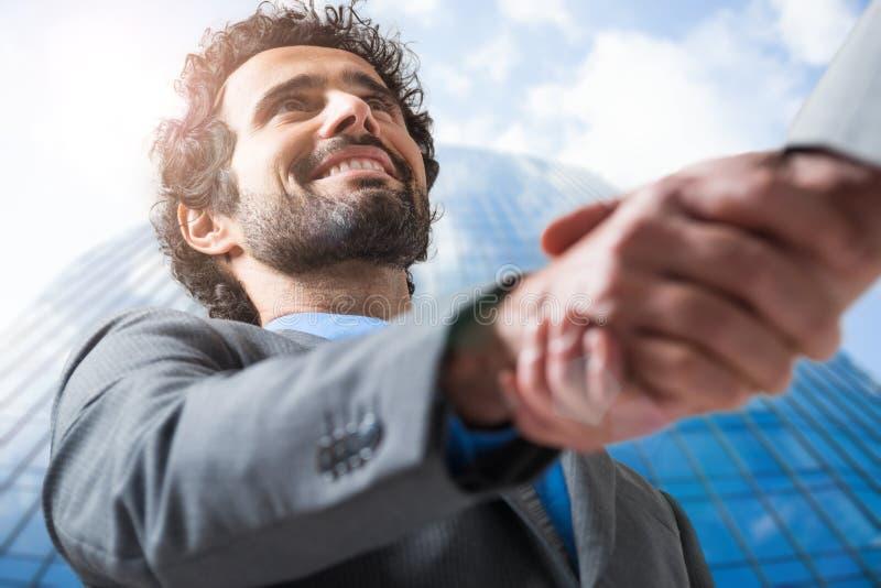 Responsabile maschio che stringe il suo mano fotografia stock libera da diritti