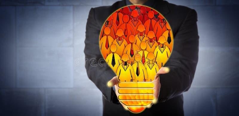 Responsabile Presenting Lightbulb della mano d'opera virtuale fotografie stock libere da diritti