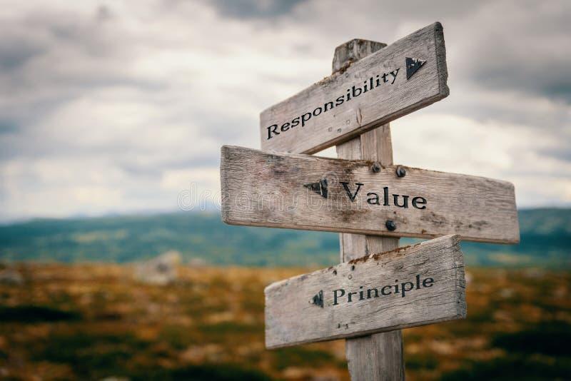 Responsabilité, valeur, poteau indicateur de principe en nature images stock