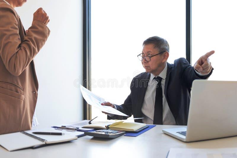 Responsabilizando o conceito do neg?cio, o gerente do alto executivo que responsabiliza o empregado pelo erro ou pela falha, equi foto de stock