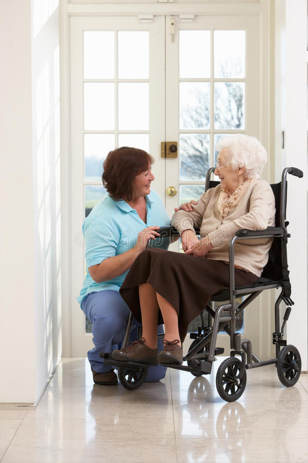 Responsable avec la femme aînée handicapée images libres de droits