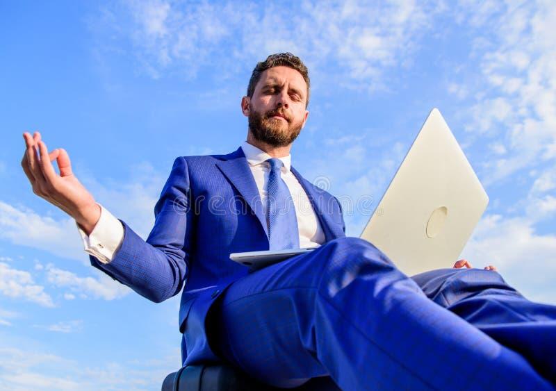 Resposta positiva da estada ao cliente O trabalho em linha pode ser irritante O minuto do achado do empresário relaxa e medita Um fotos de stock