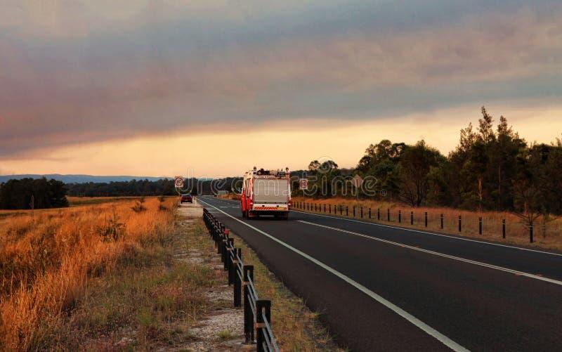 Respuesta del fuego y del rescate a un bushfire fotos de archivo