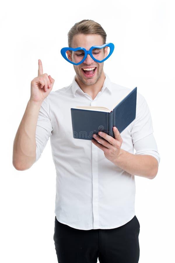 Respuesta encontrada Jóvenes hermosos del hombre que señalan hacia arriba y que ríen Sirva la cara feliz en libro de lectura en f fotos de archivo