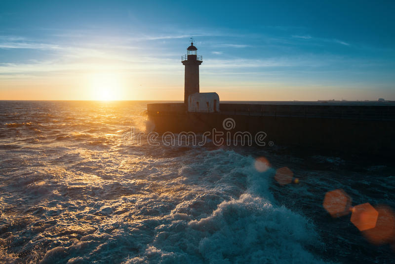Ressac d'océan sur la côte atlantique, près du phare pendant un beau coucher du soleil, Porto image stock