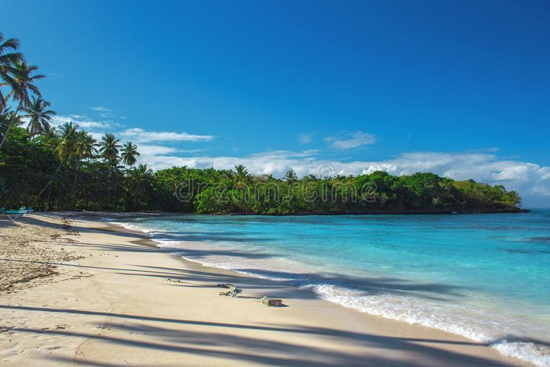 Ressac de mer, eau claire bleue et sable blanc image stock
