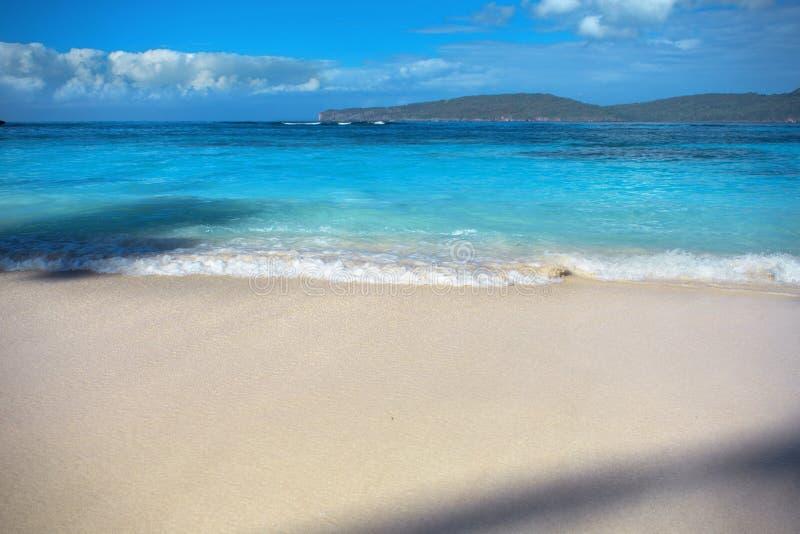 Ressac de mer, eau claire bleue et sable blanc image libre de droits