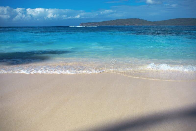 Ressac de mer, eau claire bleue et sable blanc photos libres de droits