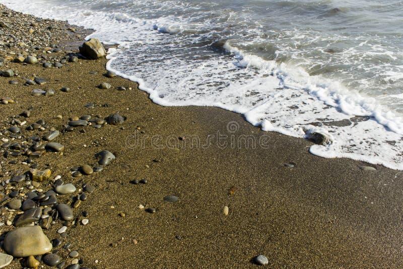 Ressac de mer sur la plage photo stock