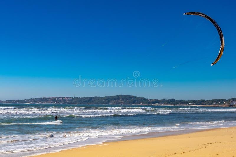 Ressac de patin dans la plage images stock
