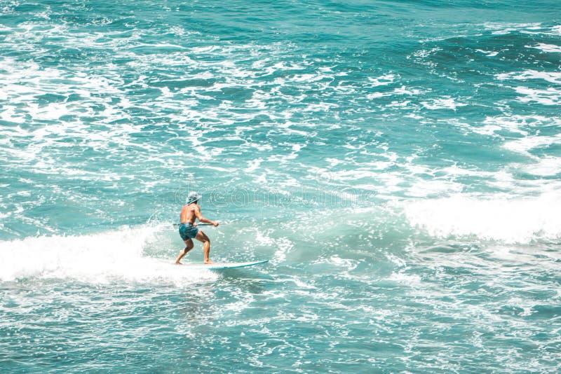 Ressac ensoleillé de jour de plage photos stock