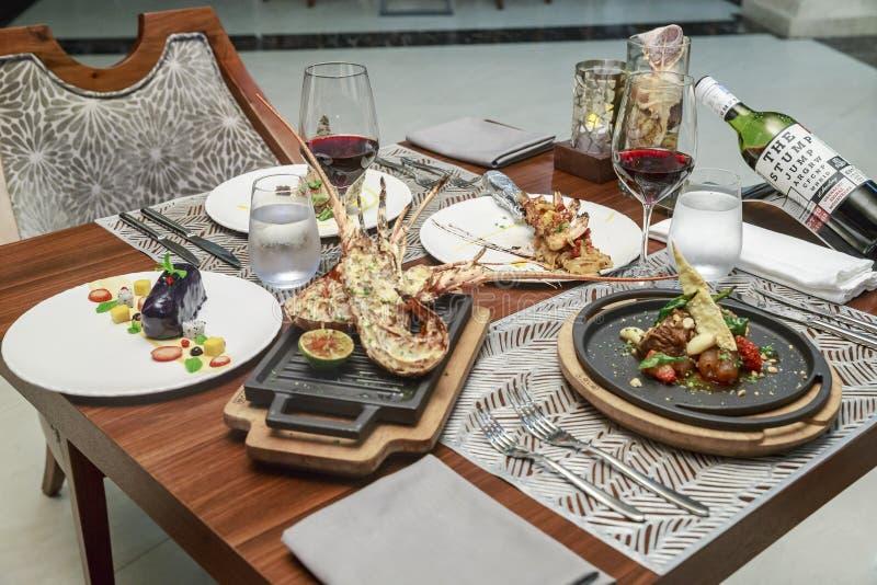 Ressac et gazon sur la table de restaurant photos libres de droits