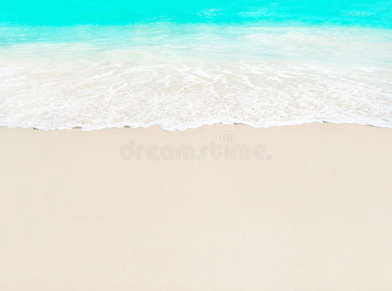 Ressac et sable blanc à la plage tropicale, île Praslin, Sey photos stock