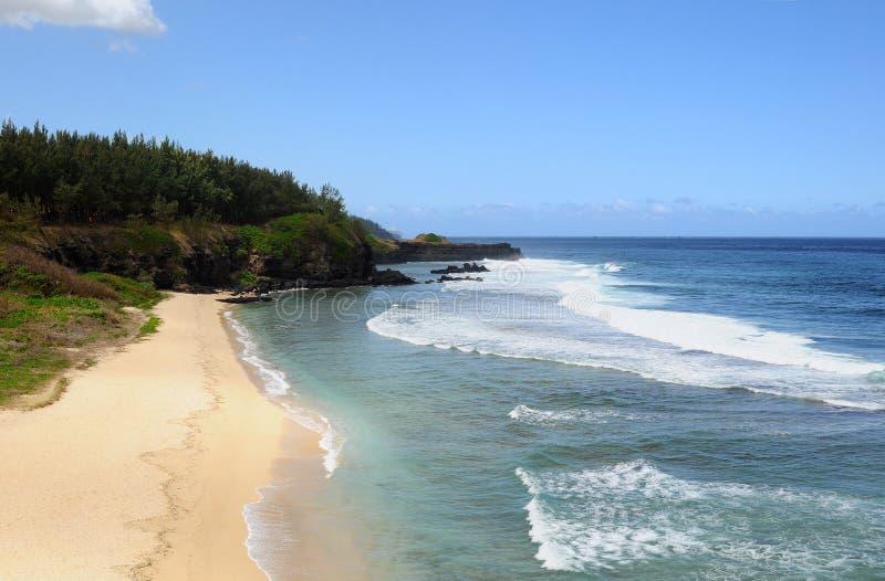 Ressac fort près de la belle plage des Îles Maurice photo libre de droits