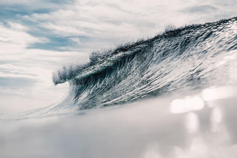 Ressac idéal Rupture de la vague et du soleil de baril photographie stock libre de droits