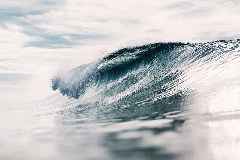 Ressac idéal Rupture de la vague et du soleil de baril photographie stock