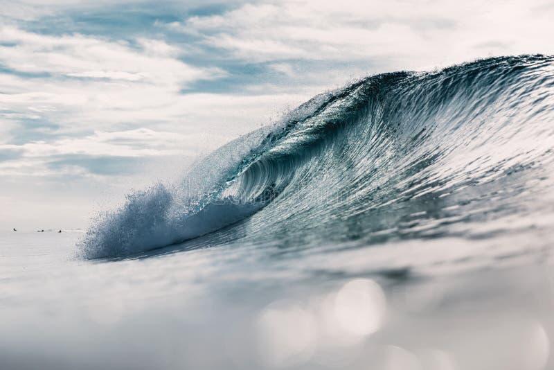 Ressac idéal Rupture de la vague et du soleil de baril photo stock