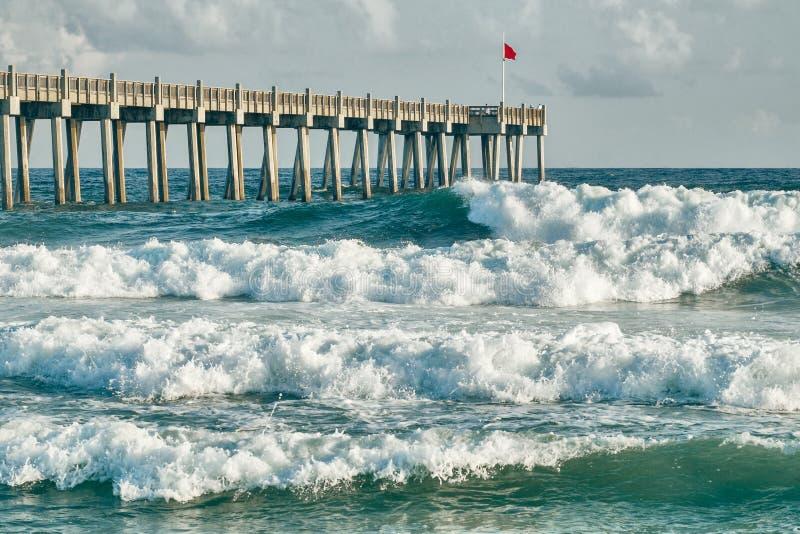 Ressac vers le haut de pilier de pêche de plage de Pensacola photos stock