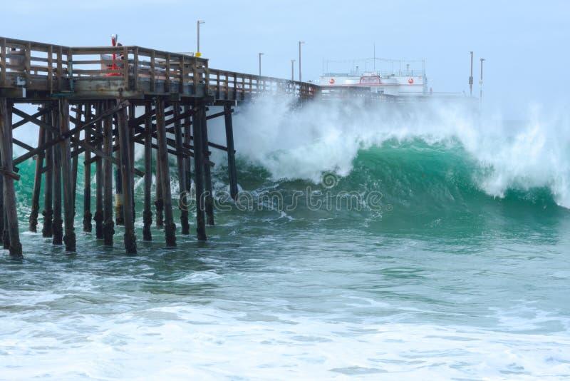Ressaca alta no cais do balboa na praia de Newport, Califórnia imagem de stock royalty free