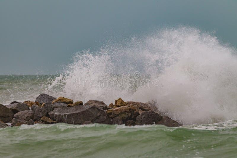 A ressaca da tempestade martela a linha costeira do Golfo do México imagens de stock