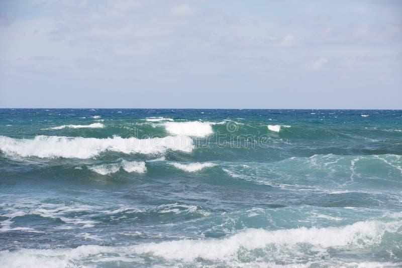 A ressaca do mar acena com espuma imagens de stock