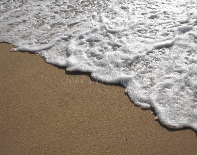 Ressaca do mar que rasteja em terra fotografia de stock royalty free
