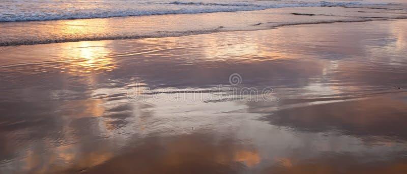 A ressaca rasa do Oceano Pacífico em Califórnia do sul, EUA com as nuvens que refletem fora da água imagem de stock royalty free