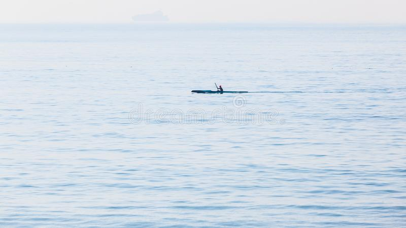 Ressaca Ski Canoe Paddler Ocean Silhouetted fotografia de stock