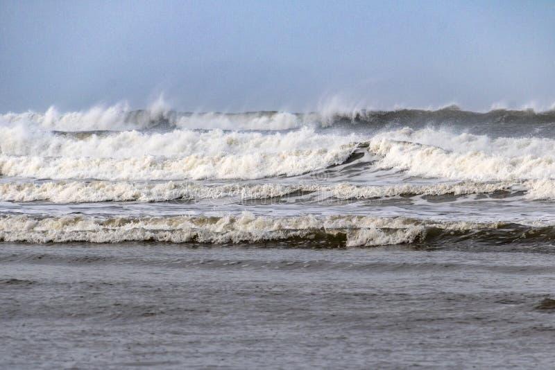 Ressacas acima! Ondas grandes na praia de Northam, perto de na direção ocidental Ho! Devon, Inglaterra imagens de stock royalty free