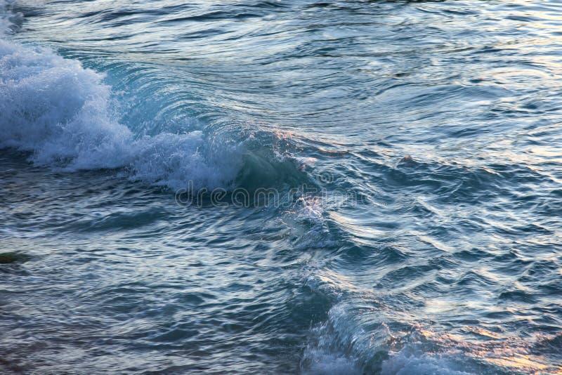 Ressacs et la surface de l'eau au coucher du soleil photos libres de droits