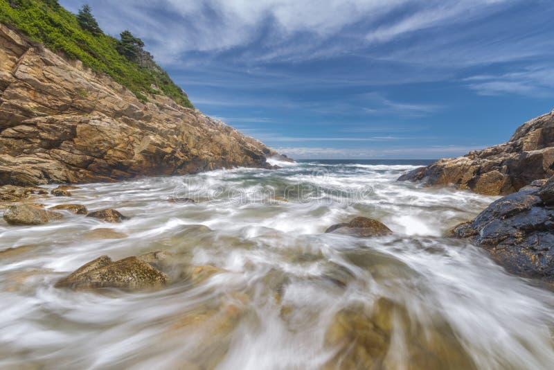Ressacs se brisant contre un lent rocheux de rivage shutterspeed image libre de droits