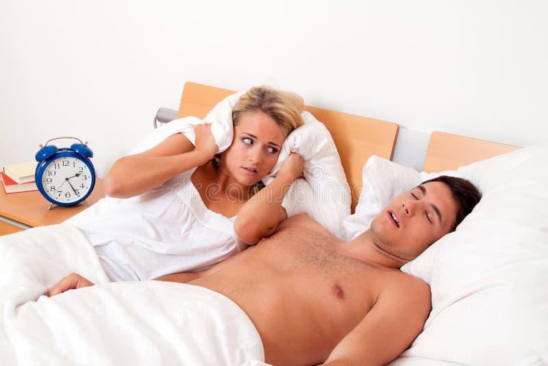 Ressonar durante o sono é alto e desagradável