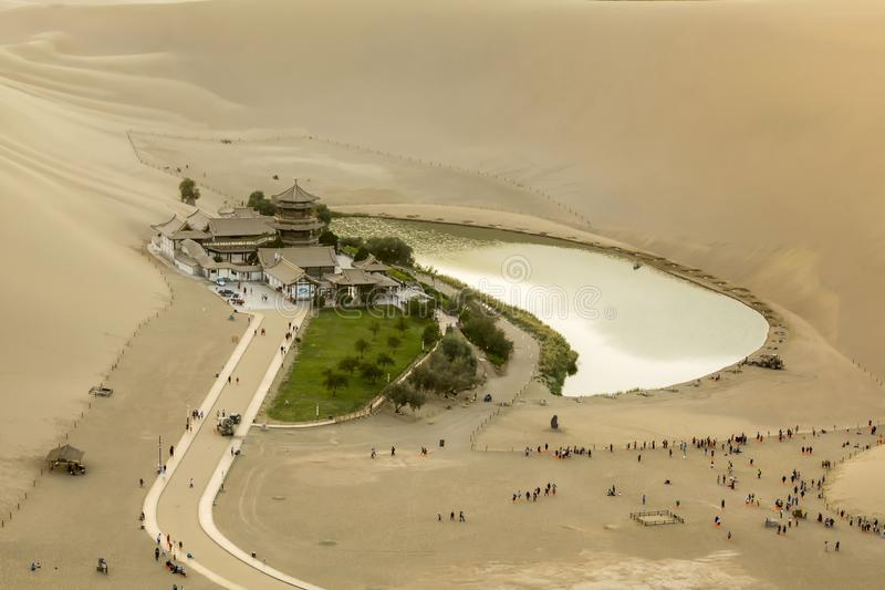 Ressort clair dans le désert - Crescent Spring, Dunhuang, Chine, photographie stock