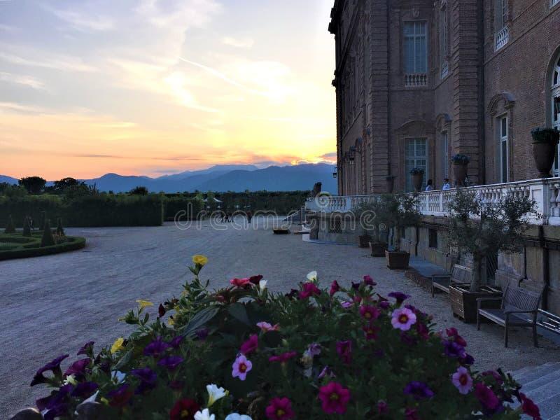 Ressort, fleurs et coucher du soleil à Royal Palace de Venaria, Italie photographie stock