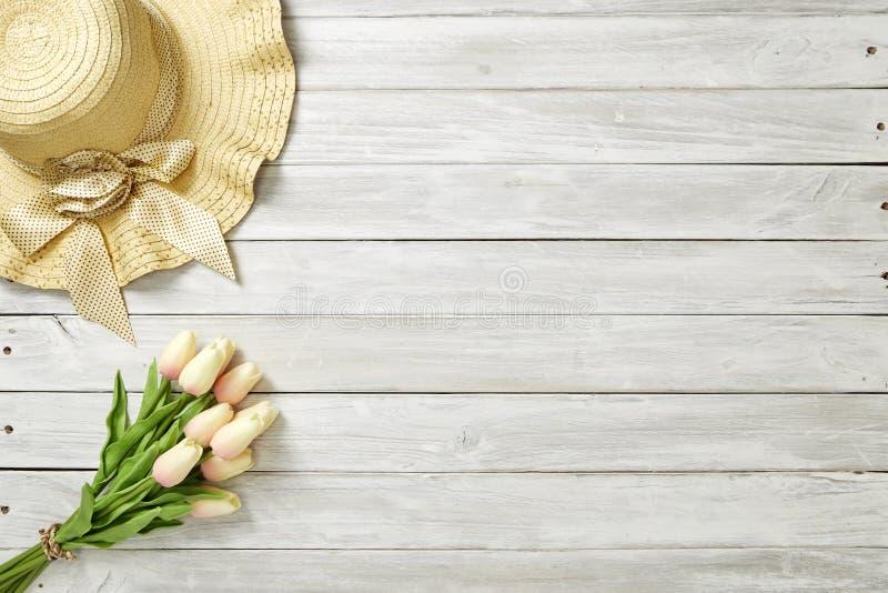 Ressort ou été avec les tulipes et le chapeau photo stock