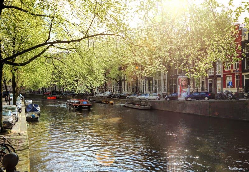 Ressort sur Amsterdam Rue traditionnelle néerlandaise de canal photographie stock libre de droits