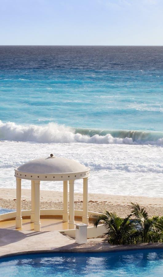 Ressource des Caraïbes avec l'océan, le regroupement et le Gazebo images libres de droits