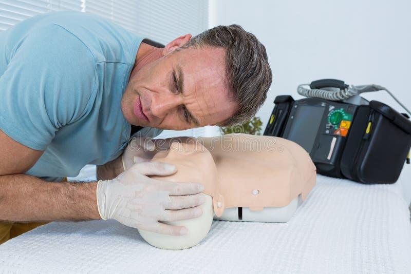 Ressuscitation de pratique d'infirmier sur le simulacre images libres de droits