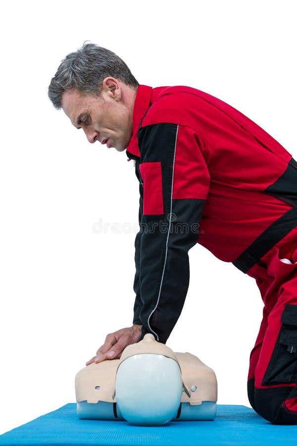 Ressuscitation de pratique d'infirmier sur le simulacre images stock
