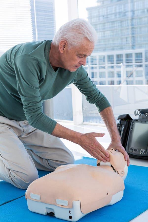 Ressuscitation de pratique d'infirmier sur le simulacre image libre de droits